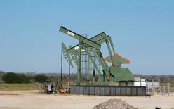 Una unidad de bombeo de crudo operando en Dewitt, County, Texas. 13 de enero de 2016. El secretario de Energía de Estados Unidos, Ernest Moniz, dijo que espera que la oferta y la demanda mundial de petróleo se reequilibren en alrededor de un año. REUTERS/Anna Driver