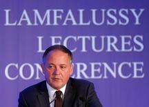 Benoit Coeure, miembro del consejo ejecutivo del BCE, en una conferencia en Budapest, Hungría. 1 de febrero de 2016. Las medidas excepcionales de estímulo implementadas por el Banco Central Europeo tardarán algún tiempo en estimular la inflación en la zona euro aunque ya están contribuyendo al crecimiento, dijo el lunes Benoit Coeure, miembro del consejo ejecutivo del BCE. REUTERS/Laszlo Balogh