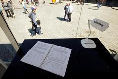 El tratado de libre comercio que negocian la Unión Europea y Estados Unidos reduciría los estándares medioambientales y de seguridad alimentaria, dijo el lunes Greenpeace, que hizo públicos unos documentos confidenciales de las conversaciones. En la imagen, una copia de los documentos para su lectura pública en una campaña de Greenpeace frente a la Puerta de Brandenburgo en Berlín el 2 de mayo. REUTERS/Fabrizio Bensch