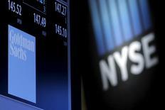 Una pantalla muestra la información financiera de Goldman Sachs, en la Bolsa de Nueva York. 9 de febrero de 2016. Goldman Sachs Group Inc está iniciando una estrategia para asociarse con pequeñas corredurías y firmas de gestión de riqueza para prestar dinero a sus clientes, muchos de los cuales son bastante menos acaudalados que el típico inversor privado de Goldman. REUTERS/Brendan McDermid/File Photo