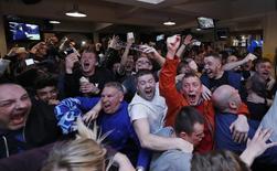 Torcida do Leicester City comemora título em pub.  2/5/16. Reuters/Eddie Keogh