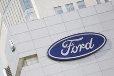 El logo de Ford, fotografiado en una tienda de la automotora, en Ciudad de México, México. 5 de abril de 2016. La Procuraduría Federal de Protección al Ambiente de México dijo el lunes que multó con 18 millones de pesos (1 millón de dólares) a la unidad local de Ford Motor Company por vender 4,690 vehículos que no contaban con un certificado de cumplimiento de normas ambientales. REUTERS/Edgard Garrido/File Photo