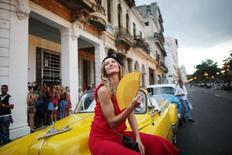 La modelo brasileña Gisele Bundchen posa antes de un desfile del diseñador alemán Karl Lagerfeld para la casa de moda Chanel que se realizó en el Paseo del Prado de La Habana, Cuba, 3 de mayo del 2016. La casa de moda francesa Chanel llevó el glamur de vuelta a Cuba el martes con un desfile de pasarela en uno de los principales paseos de La Habana, donde se dieron cita los trajes brillantes, vestidos de cóctel y modelos con sombreros fumando puros. REUTERS/Alexandre Meneghini