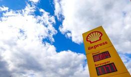 Логотип Royal Dutch Shell на автозаправочной станции в Бельгии. Royal Dutch Shell сократила расходы на 2016 год ещё на 10 процентов в среду, завершив поглощение BG Group стоимостью $54 миллиарда, и предупредила, что низкие цены на нефть продолжат оказывать давление на показатели компании. REUTERS/Yves Herman