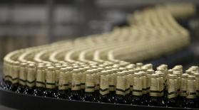 En la imagen, botellas de cerveza en una fábrica en Plzensky Prazdroj, República Checa, el 12 de noviembre de 2015. Anheuser-Busch InBev, la cervecera más grande del mundo, reportó unas ganancias menores que lo previsto en los tres primeros meses del año, afectada por uno de los peores desempeños en años en Brasil. REUTERS/David W Cerny