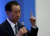 """Ван Цзяньлинь, председатель  Dalian Wanda Group, выступает на Азиатском финансовом форуме в Гонконге. Dalian Wanda Commercial Properties, принадлежащая самому богатому китайцу Ван Цзяньлиню, может попытаться зайти на Шанхайскую фондовую биржу """"через черный ход"""", если в скором времени не получит разрешения от регуляторов на запланированное IPO, сообщили источники, знакомые с ситуацией.   REUTERS/Bobby Yip"""