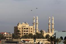 Российские боевые самолеты в небе над Латакией, сирийским городом на берегу Средиземного моря, 28 января 2016 года. REUTERS/Omar Sanadiki