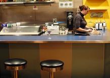 Imagen de archivo de una camarera en un restaurante AS220 en Providence, EEUU, nov 17, 2009. El sector de servicios de la economía estadounidense aceleró su ritmo de crecimiento en abril, según un reporte industrial publicado el miércoles.    REUTERS/Brian Snyder