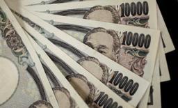 Ilustración fotográfica realizada en Tokio de diversos billetes de 10.000 yenes , ago 2, 2011. El yen se depreciaría un 8 por ciento a 115 unidades por dólar en un plazo de 12 meses, según estrategas encuestados en un sondeo de Reuters, aunque muchos de los expertos consideran que no serían las políticas japonesas las responsables de lograr ese resultado.   REUTERS/Yuriko Nakao