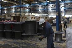 Imagen de archivo de un trabajador en la planta de la acería TIM en Huamantla, México, oct 11, 2013. La inversión de las empresas en México cayó en febrero presionada por descensos tanto en el gasto efectuado en maquinaria y equipo como en construcción, mostraron el miércoles cifras oficiales.  REUTERS/Tomas Bravo