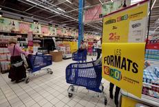 L'encours des crédits à la consommation a progressé de 5,2% en France sur les douze mois à fin mars, soit son rythme le plus élevé depuis avril 2010, selon les données brutes publiées mercredi par la Banque de France. /Photo d'archives/REUTERS/Eric Gaillard