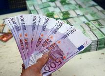 El Banco Central Europeo (BCE) dejará de imprimir billetes de 500 euros hacia el final de 2018 ante la inquietud de que puedan facilitar actividades ilícitas, aunque los billetes actuales seguirán en curso y mantendrán su valor indefinidamente, dijo el organismo en un comunicado.  En la imagen, un empleado sostiene billetes de 500 euros en la sede de la empresa Money Service Austria en Viena, Austria, el 3 de marzo de 2016. REUTERS/Leonhard Foeger