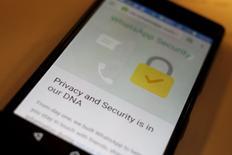Mensagem de segurança em Inglês no aplicativo WhatsApp. 06/04/2016. REUTERS/Thomas White/Illustration