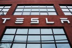 Tesla Motors dit être en passe de livrer 80.000 à 90.000 voitures électriques cette année et pouvoir produire 500.000 véhicules en 2018, une performance en avance de deux ans sur son calendrier initial. Le constructeur automobile a creusé sa perte au premier trimestre à 282,3 millions de dollars (245,79 millions d'euros) pour un chiffre d'affaires de 939,9 millions de dollars. /Photo prise le 29 avril 2016/REUTERS/Lucas Jackson