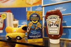 Kraft Heinz affiche un bénéfice trimestriel supérieur aux attentes, le fabricant du ketchup Heinz ayant profité d'une progression de la demande pour ses sauces et condiments et d'une contraction de ses coûts. Le bénéfice net attribuable au groupe a bondi de 60,6% à 896 millions de dollars. /Photo prise le 30 avril 2016/REUTERS/Ryan Henriksen