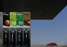 Бензораздаточная колонка на автозаправочной станции Repsol недалеко от Севильи.  Испанская нефтяная компания Repsol отчиталась в четверг о падении скорректированной чистой прибыли в первом квартале в связи с низкими ценами на нефть, несмотря на активность нефтеперерабатывающего подразделения. REUTERS/Marcelo del Pozo