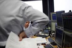 El Tesoro español colocó el jueves 4.000 millones de deuda a medio y largo plazo, en una subasta donde la referencia a más corto plazo ligada a la inflación se colocó a tipos negativos.  En la imagen de archivo, unos operadores durante una subasta de bonos en Madrid, el 10 de enero de 2013. REUTERS/Susana Vera