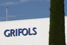 El fabricante de hemoderivados Grifols era el jueves el peor valor del selectivo español con una caída de un 1,3 por ciento penalizado por la debilidad en el negocio de trasfusiones cuyas ventas retrocedieron por tercer trimestre consecutivo y por una continuada presión sobre los márgenes. En la imagen de archivo, el logo de Grifols en su laboratorio en Parets del Vallés, Barcelona, el 8 de junio de 2010.  REUTERS/Gustau Nacarino