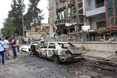 Журналисты и гражданские лица стоят рядом с разрушенным родильным домом в Алеппо. В сирийском городе Алеппо воцарилось относительное спокойствие, после того как США и Россия договорились расширить соглашение о прекращении огня в Сирии после почти двух недель боевых действий между правительственными войсками и вооруженной оппозицией, унесших жизни десятков людей, но бои в одноименной провинции продолжаются. SANA/Handout via REUTERS