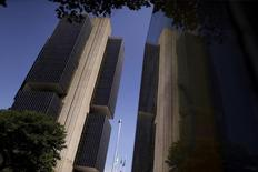 El edificio del Banco Central de Brasil en Brasilia, dic 9, 2015. La inflación en Brasil sigue siendo demasiado alta como para que el Banco Central considere recortar las tasas de interés, pese a una fuerte recesión, mostraron las minutas de la más reciente reunión de política monetaria publicadas el jueves.   REUTERS/Ueslei Marcelino