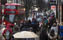 Compradores caminan en la Calle Oxford, en el centro de Londres, Inglaterra. 22 de febrero de 2015. La economía británica se desaceleró en abril y podría frenarse ya que los consumidores están preocupados por un referendo en el que se decidirá si el país mantendrá su membresía en la Unión Europea, mostró el jueves un sondeo sobre la industria de los servicios. REUTERS/Neil Hall/Files