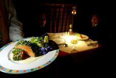 Un mesero sirve un plato a un cliente en un restaurant de Santiago, Chile. 23 de septiembre de 2003. La actividad económica en Chile creció un 2,1 por ciento interanual en marzo, en una variación dentro de lo esperado y que estuvo empujada por el positivo desempeño del sector servicios, dijo el jueves el Banco Central. REUTERS/Carlos Barria