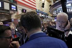 Operadores trabajando en la Bolsa de Nueva York, Estados Unidos. 15 de abril de 2016. Las acciones subían el jueves en la apertura en la bolsa de Nueva York, en medio del alza de los precios del precio por primera vez esta semana. REUTERS/Brendan McDermid