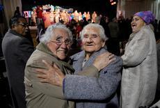 Imagen de archivo de unas mujeres celebrando el término del invierno en Chillán, Chile, sep 1, 2008. Los fondos de pensiones chilenos anotaron una rentabilidad mixta en abril, debido a que las inversiones en acciones locales ayudaron a contrarrestar el negativo desempeño de instrumentos financieros en el extranjero, informó el jueves el regulador del sector.  REUTERS/Jose Luis Saavedra