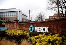 El logo de Merck en su sede en Linden, Nueva Jersey, Estados Unidos. 9 de marzo de 2009. Merck & Co Inc reportó el jueves un ingreso trimestral menor al esperado, al verse perjudicada por decepcionantes ventas de su tratamiento para la diabetes Januvia y su fármaco para la artritis Remicade. REUTERS/Jeff Zelevansky