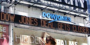 News Corp, le propriétaire du Wall Street Journal, de Dow Jones ou encore de la maison d'édition HarperCollins, a annoncé jeudi un chiffre d'affaires en baisse pour le cinquième trimestre d'affilée, sous le coup de recettes publicitaires en berne et du dollar fort. /Photo d'archives/REUTERS/Shannon Stapleton