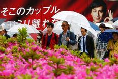 La actividad del sector de servicios de Japón se contrajo en abril a su mayor ritmo en dos años, en una señal de que la economía podría estar perdiendo impulso, mostró el viernes un sondeo. En la imagen, peatones caminan con paraguas por un concurrido distrito comercial de Tokio, el 28 de abril de 2016.  REUTERS/Thomas Peter