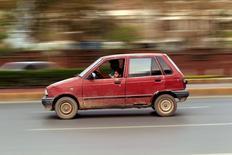 A Rawalpindi, Le Pakistan tente d'attirer des constructeurs automobiles tels que Renault et Nissan grâce à des droits à l'importation attrayants mais les convaincre de bâtir des usines sur place n'est pas aisé au vu des doutes entourant la stabilité politique et la sécurité du pays. /Photo prise le 2 mai 2016/REUTERS/Faisal Mahmood
