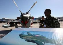 Soldado brasileiro ao lado de avião A-29 Super Tucano no aeroporto do Chile. REUTERS/Ivan Alvarado