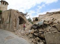 Девочка проходит мимо разрушенных зданий в старой части Алеппо, Сирия, 5 мая 2016 года. Авиаудары по лагерю беженцев вблизи сирийско-турецкой границы унесли как минимум 28 жизней в четверг, сообщили правозащитники. REUTERS/Abdalrhman Ismail