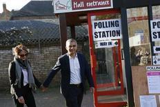 Sadiq Khan, candidato del Partido Laborista británico para alcalde de Londres, y su esposa Saadiya tras votar en las elecciones para la alcaldía de Londres en un centro de votación en el sur de la capital, 5 de mayo, 2016. Khan, hijo de un conductor de autobús inmigrante, se convirtió el viernes en el primer alcalde musulmán de Londres, imponiéndose a un rival conservador que intentó relacionarle con el extremismo, en una más que necesitada victoria para el opositor Partido Laborista, que sufrió derrotas en algunas elecciones regionales y locales del país. REUTERS/Stefan Wermuth