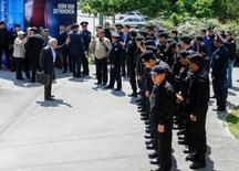 Протестующий спорит с полицейскими в Алма-Ате 7 мая 2016 года REUTERS/Shamil Zhumatov