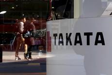 L'équipementier automobile japonais Takata a averti lundi qu'il accuserait une perte nette de 13 milliards de yens (106 millions d'euros) pour son dernier exercice fiscal, une nette dégradation par rapport au bénéfice de cinq milliards estimé précédemment, en raison des rappels massifs d'airbags.  /Photo d'archives/REUTERS/Toru Hanai