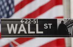 La Bourse de New York a ouvert lundi sans tendance claire sur fond de retournement à la baisse des cours du pétrole dans un marché toujours animé par le débat sur le calendrier du relèvement des taux d'intérêt. L'indice Dow Jones cédait 0,04% peu après l'ouverture. Le Standard & Poor's 500, plus large, reculait de 0,02% et le Nasdaq Composite était stable. /Photo d'archives/REUTERS/Chip East