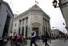 Personas caminan frente al edificio histórico del Banco Central de Perú, en el centro de Lima, Perú. 26 de agosto de 2014. El Banco Central de Perú mantendría estable su tasa de interés de referencia en mayo por tercer mes consecutivo ante una desaceleración de la inflación y de las expectativas inflacionarias, mostró el lunes un sondeo de Reuters. REUTERS/Enrique Castro-Mendivil