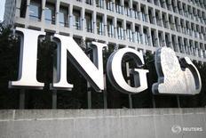 """Логотип ING в Брюсселе, Бельгия 23 марта 2016 года. ING Group, крупнейшая финансовая группа Нидерландов, в четверг отчиталась о не дотянувшей до прогнозов прибыли за первый квартал из-за роста """"издержек регулирования"""". REUTERS/Charles Platiau"""