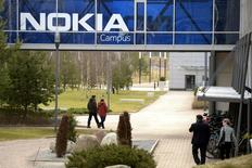 Nokia a vu ses ventes nettes d'équipements télécoms reculer (5,18 milliards d'euros) plus fortement que prévu au premier trimestre et le groupe finlandais a averti que les ventes de sa principale activité de réseaux baisseraient sur l'ensemble de l'année en raison d'un ralentissement de la demande en Chine. /Photo prise le 6 avril 2016/REUTERS/Antti Aimo-Koivisto/Lehtikuva