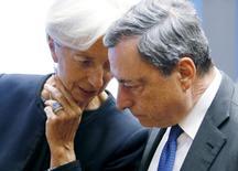 El rendimiento de los bonos griegos a 10 años caía por debajo del 8 por ciento por primera vez en más de seis meses, después de que el martes los ministros de Finanzas de la eurozona ofrecieran al país heleno un alivio de la deuda a partir de 2018. En la imagen de archivo, la directora gerente del FMI, Christine Lagarde, y el presidente del BCE, Mario Draghi,  durante una reunión de los ministros de Finanzas de la UE en Luxemburgo, el 18 de junio de 2015. REUTERS/Francois Lenoir