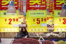 Una mujer comprando en un supermercado en Hangzhou, China. 19 de enero de 2016. La economía china probablemente crecerá en un rango de 6,6 a 6,8 por ciento en el 2016, dijo el martes Shanghai Securities News citando al centro de estudios Academia China de Ciencias Sociales. REUTERS/China Daily