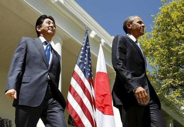 5月10日、オバマ米大統領が広島を訪れる。写真は安倍晋三首相とともに記者会見場に到着するオバマ氏。ワシントンで昨年4月撮影(2016年 ロイター/Kevin Lamarque/File Photo)