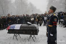 Members of an honor guard stand at attention next to the coffin holding the body of Oleg Peshkov, the Russian pilot of the downed SU-24 jet, during a funeral ceremony in Lipetsk, Russia, December 2, 2015. Peshkov was awarded the Hero of Russia award posthumously. REUTERS/Maxim Zmeyev - RTX1WUAP