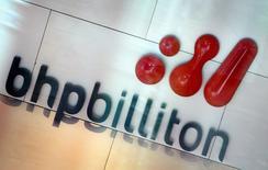 Imagen de archivo del logo de la minera BHP Billiton en su sede en Melbourne, nov 30, 2003. Los jefes de grandes mineras dijeron el martes que comienzan a ver potencial para nuevas inversiones a medida que márgenes en mínimos récord establecen el escenario para precios más altos en las materias primas, un cambio desde el foco en el recorte de costos y la venta de activos.  REUTERS/Tim Wimborne