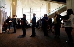 Personas buscando empleo esperan para hablar con un reclutador en una feria de trabajos del sector de la salud, patrocinada por la Asociación de Hospitales de Colorado, en Denver, Estados Unidos. 9 de mayo de 2016. La apertura de puestos de trabajo en Estados Unidos aumentó en marzo a su mayor nivel en ocho meses y los despidos siguieron bajando, lo que indica que el mercado laboral se mantiene robusto pese a una desaceleración en las ganancias de empleo en abril. REUTERS/Rick Wilking