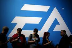"""L'éditeur de jeux vidéo Electronic Arts affiche un chiffre d'affaires et un bénéfice supérieurs aux attentes pour le quatrième trimestre de 2015-2016, portés par le succès de """"Star Wars Battlefront"""". /Photo d'archives/REUTERS/Lucy Nicholson"""