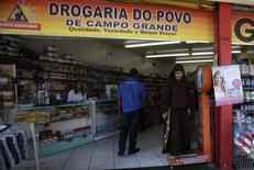 Una farmacia en Río de Janeiro, Brasil, abr 16, 2013. Los volúmenes de ventas minoristas en Brasil, excluyendo automóviles y materiales de construcción, cayeron un 0,9 por ciento en marzo frente a febrero, dijo el miércoles el estatal Instituto Brasileño de Geografía y Estadística (IBGE).  REUTERS/Ricardo Moraes