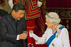 """Foto de archivo del presidente chino Xi Jinping, con la Reina Isabel de Inglaterra en un banquete de estado en el Palacio de Buckingham, en Londres, Gran Bretaña. 20 de octubre de 2015. La reina Isabel II de Inglaterra fue captada en cámara diciendo que funcionarios chinos fueron """"muy maleducados"""" con el embajador británico durante una visita de Estado del presidente chino, Xi Jinping, a Gran Bretaña el año pasado. REUTERS/Dominic Lipinski/Pool/File Photo"""